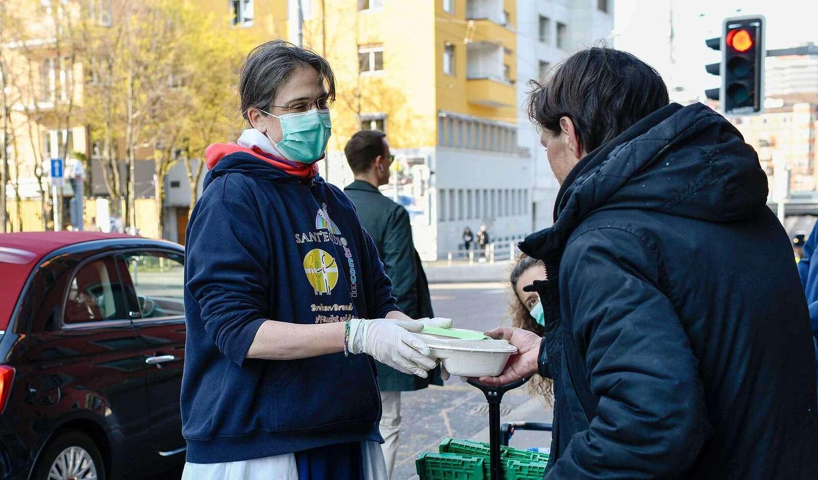 Lebensmittelpakete für Menschen auf der Gasse